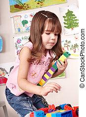 kind, met, blok, en, gebouw stel, in, toneelstuk, room.