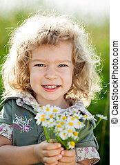 kind, met, bos van, lentebloemen