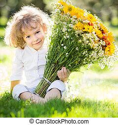 kind, met, bouquetten, bloemen