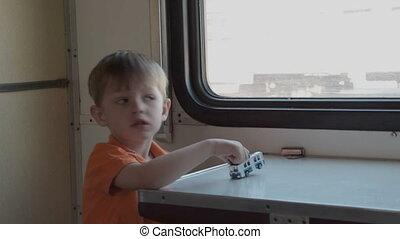 kind met de speelbal, in, de, trein