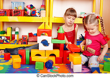 kind, met, raadsel, blok, en, gebouw stel, in, toneelstuk, room.