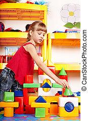 kind, met, raadsel, blok, en, gebouw stel, in, toneelstuk, room., preschool.