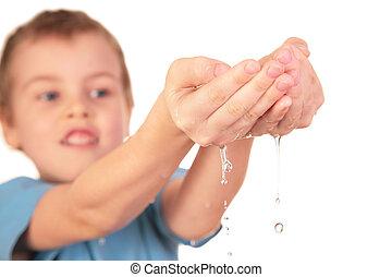 kind, met, waterdruppels
