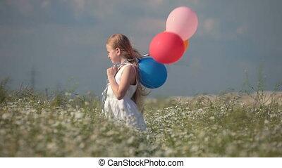 kind, mit, luftballone, auf, wiese