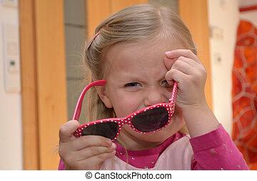 Kind mit Sonnenbrille - kleines Maedchen in rosa Kleidung...