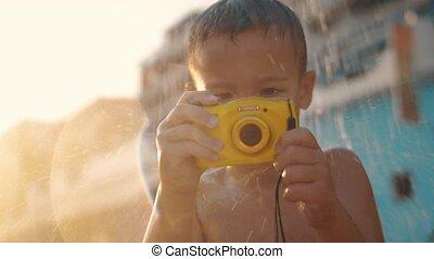 kind, mit, wasserdicht, fotoapperat, unter, sandstrand,...