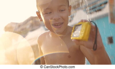 kind, nehmen, sandstrand, dusche, und, aufpassen, fotos,...
