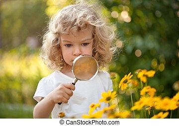 kind, ontdekkingsreiziger, bloemen, in, tuin