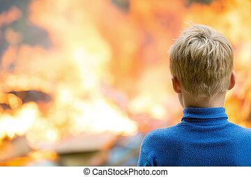 kind, op, brandend huis, achtergrond