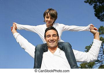 kind, paardrijden, op, zijn, vader, schouders