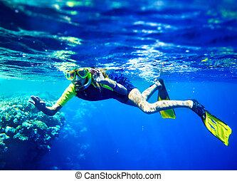 kind, scuba duiker, met, groep, coraal, fish.