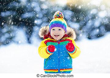 kind spielen, mit, schnee, in, winter., kinder, outdoors.