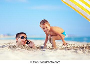 kind, spielen, vaters, kopf sand, sprechende , auf, der, mobilfunk