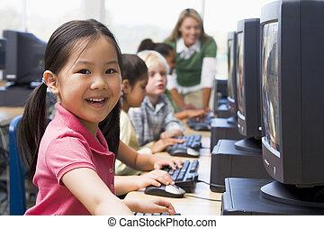 kinder, computer, geräte, mit, lehrer, in, hintergrund, (depth, von, field/high, key)