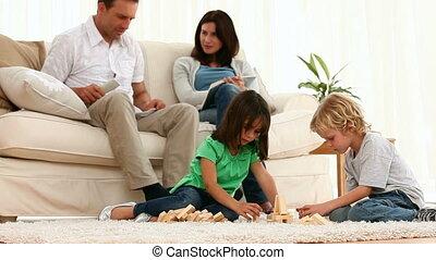 kinder, eltern, sprechende , ihr, während, spielen zusammen