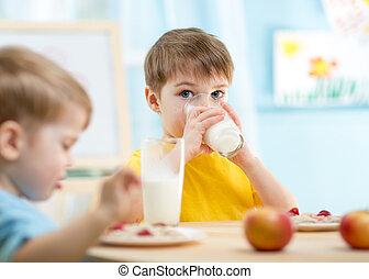 kinder essend, gesundes essen, hause