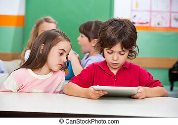 kinder, gebrauchend, digital tablette, an, vorschulisch