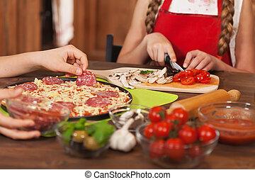 kinder, hände, -, closeup, machen, daheim, pizza