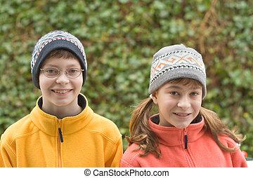 kinder, in, ski, hüte, und, flaumig, pullover