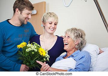 kinder, mit, blumenbouquet, besuchen, glücklich, mutter, in, klinikum