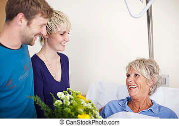 kinder, mit, blumenbouquet, besuchen, mutter, in, klinikum