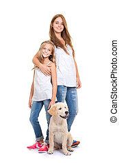 kinder, mit, goldener labradorhund, apportierhund, junger hund