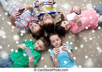 kinder, mit, smartphones, liegen boden