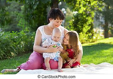 kinder, sie, park, zusammen, kinder, mutter, mama, outdoors., spielende , glücklich