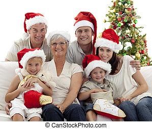 kinder, sitzen, mit, ihr, familie, auf, sofa, besitz, weihnachten, stiefeln