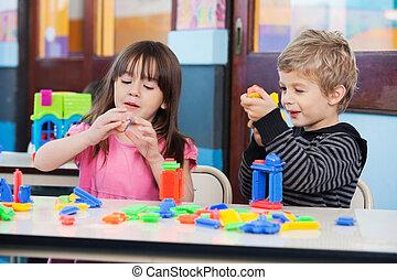 kinder, spielen, mit, blöcke, in, klassenzimmer