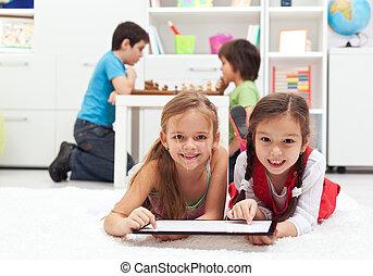 kinder, spielende , klassisch, gesellschaftsspiele, gegen, modern, tablette, computerspiele