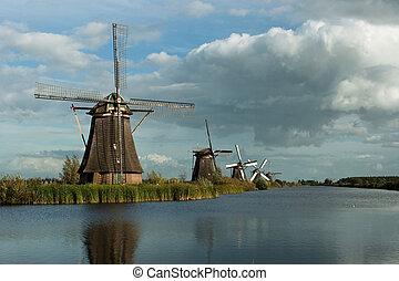 Kinderdijk Windmill Series - Kinderdijk windmill in a canal ...