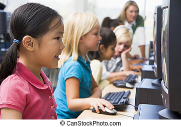 kinderen, bij computer, terminals, met, leraar, in, achtergrond, (depth, van, field/high, key)