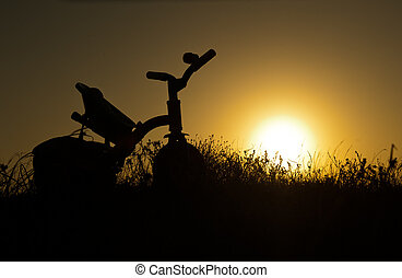 kinderen, fiets, op, ondergaande zon