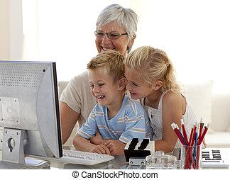kinderen, gebruik, een, computer, met, hun, grootmoeder