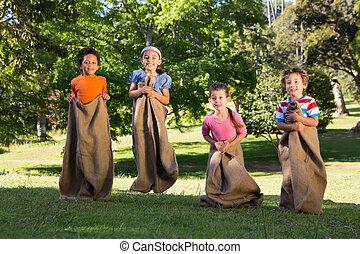 kinderen, hebben, een, tas stam, in park