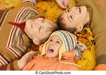 kinderen, het liggen, gele