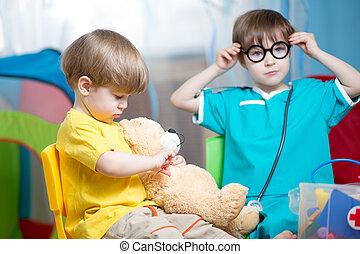 kinderen, jongens, spelend, arts, en, het genezen, pluchestuk speelgoed, binnen