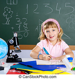 kinderen, klein meisje, op, school, klaslokaal, met, microscoop