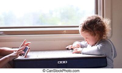 kinderen, meisje, en, jongen, toneelstuk, in, de, spel, met, smartphone, in, train.