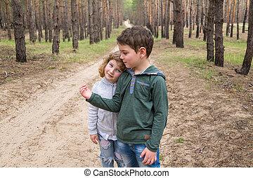 kinderen, samen lopend, in, een, pijnboom woud