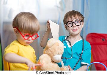 kinderen spelende, arts, en, het genezen, pluchestuk speelgoed, binnen