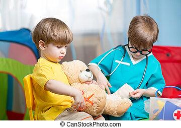 kinderen spelende, arts, en, het genezen, pluchestuk speelgoed, thuis