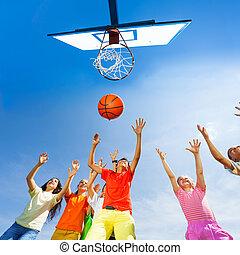 kinderen spelende, basketbal, aanzicht, van, bodem