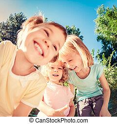 kinderen spelende, buitenshuis, in, lente, park