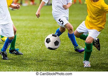 kinderen spelende, de voetbal van het voetbal, spel