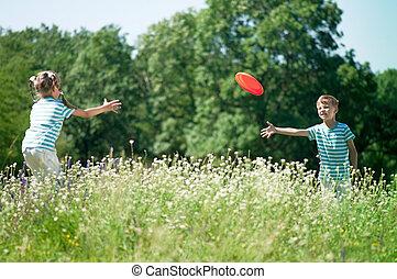 kinderen spelende, frisbee
