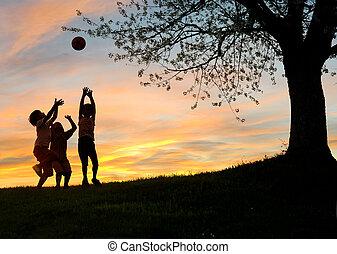 kinderen spelende, in, ondergaande zon , silhouettes, vrijheid, en, geluk