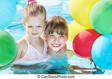 kinderen spelende, met, ballons, in, zwemmen, pool.