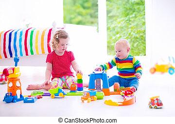 kinderen spelende, met, de auto's van het stuk speelgoed